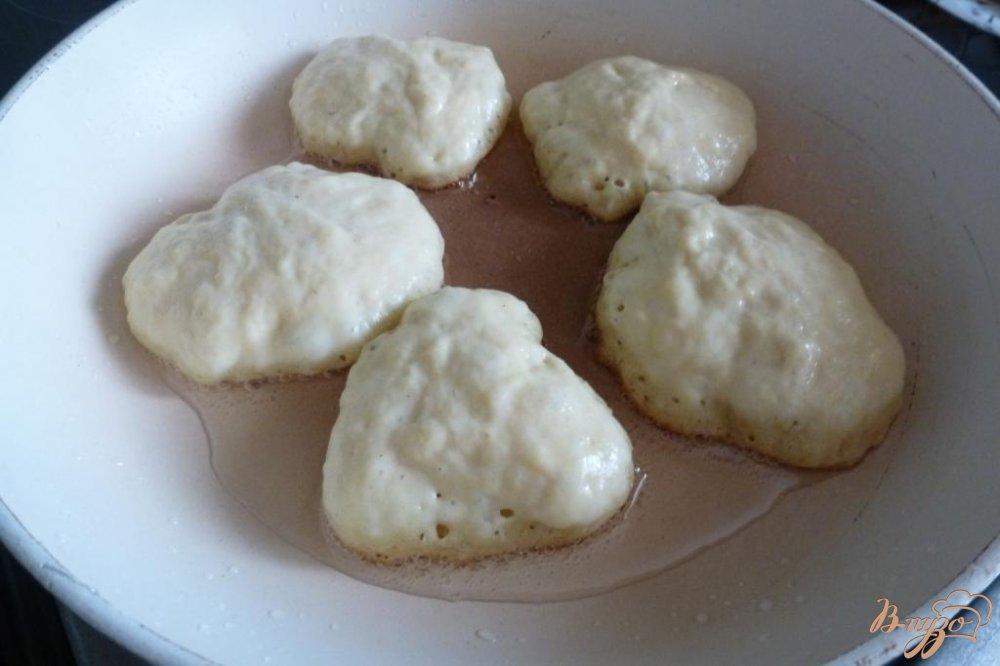 Фото приготовление рецепта: Дрожжевые оладьи из двух видов муки шаг №5