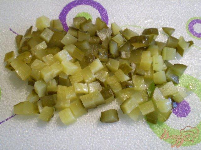 Фото приготовление рецепта: Салат Чайка с огурцами маринованными шаг №4