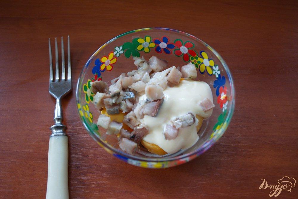 Фото приготовление рецепта: Фаршированные закусочные яйца с селедкой шаг №2