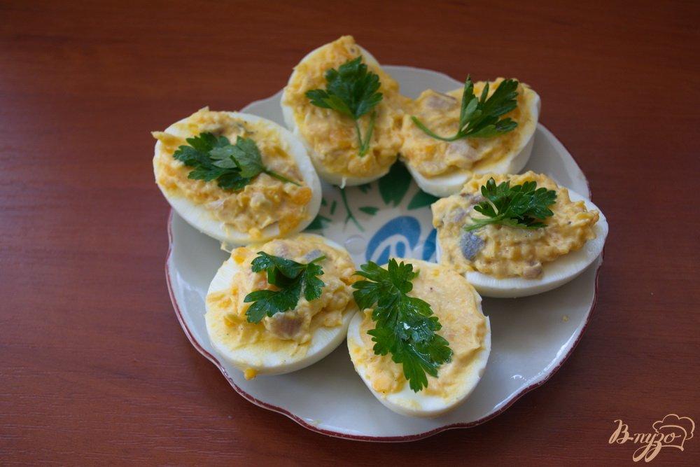 Фото приготовление рецепта: Фаршированные закусочные яйца с селедкой шаг №4