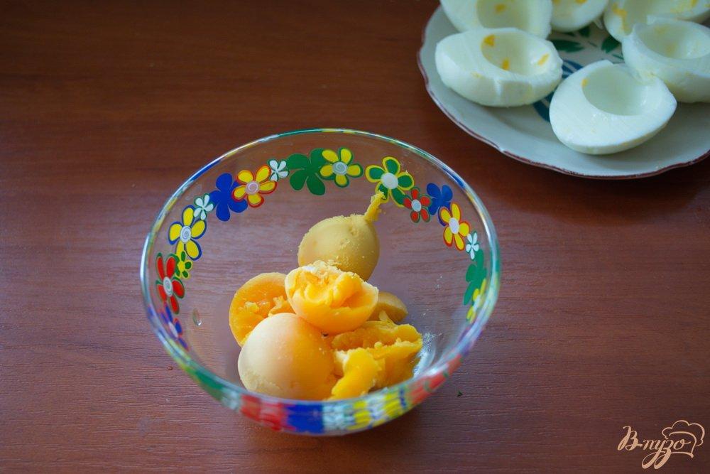 Фото приготовление рецепта: Фаршированные закусочные яйца с селедкой шаг №1