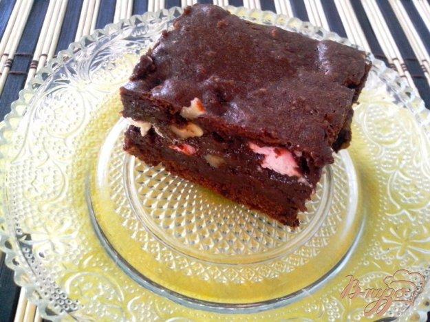 фото рецепта: Шоколадный брауни с зефиром и орехами