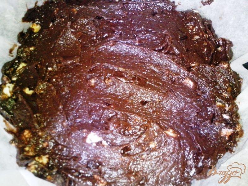 Фото приготовление рецепта: Шоколадный брауни с зефиром и орехами шаг №7