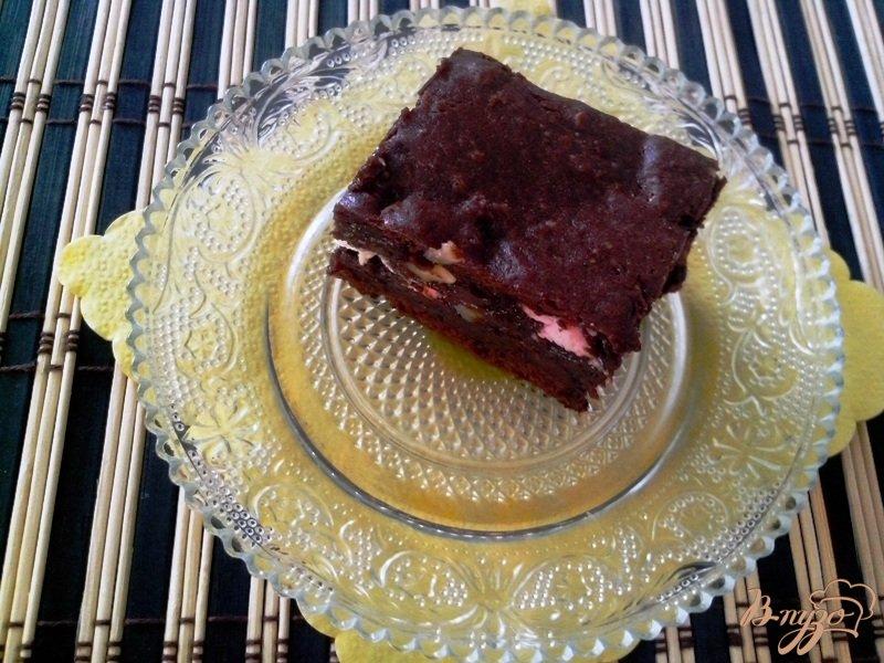 Фото приготовление рецепта: Шоколадный брауни с зефиром и орехами шаг №8