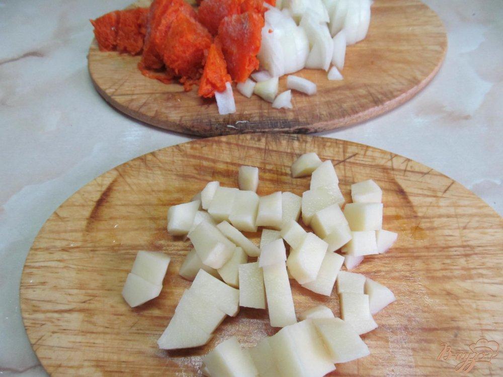 Фото приготовление рецепта: Борщ с маринованными грибами горошком и фасолью шаг №2