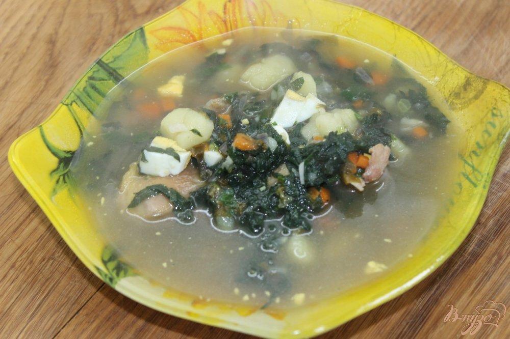 Фото приготовление рецепта: Суп с щавелем и крапивой на курином бульоне шаг №9