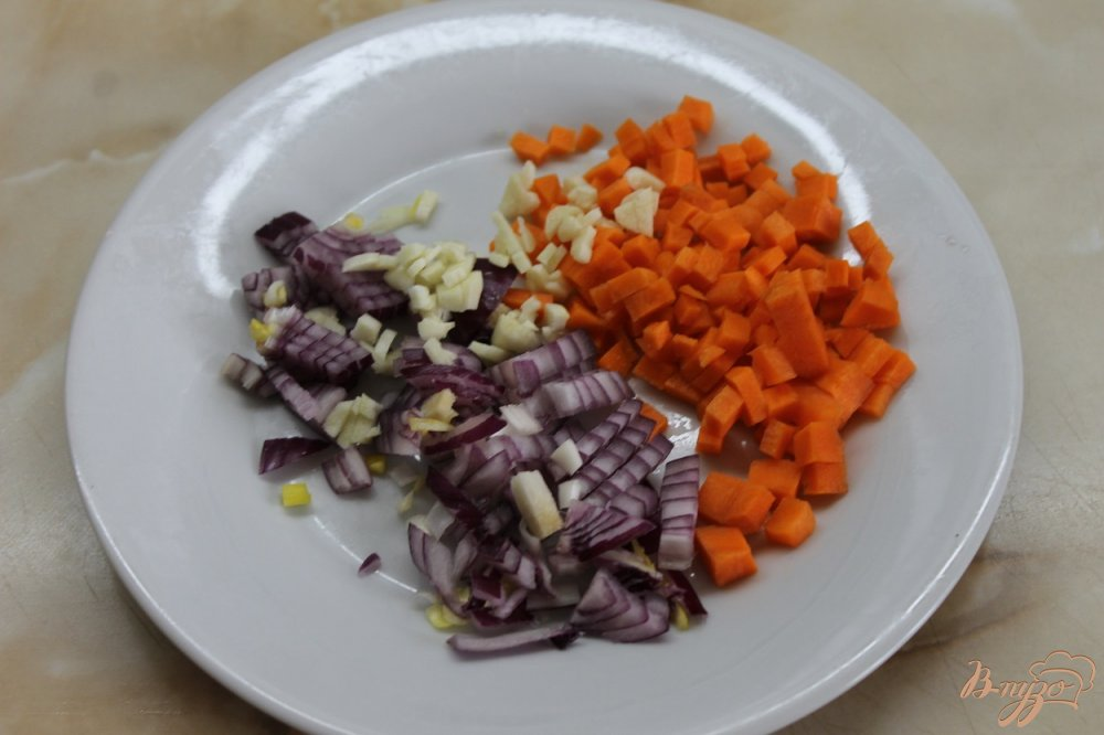 Фото приготовление рецепта: Суп с щавелем и крапивой на курином бульоне шаг №4