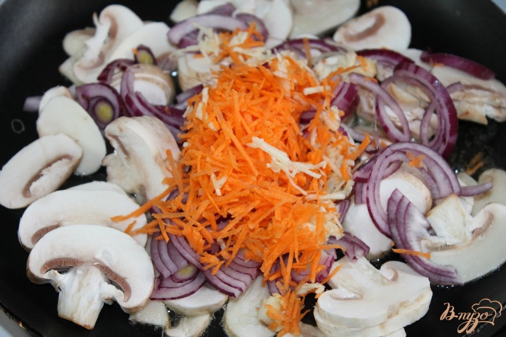 Фото приготовление рецепта: Закусочный печеночный торт с грибами шаг №6