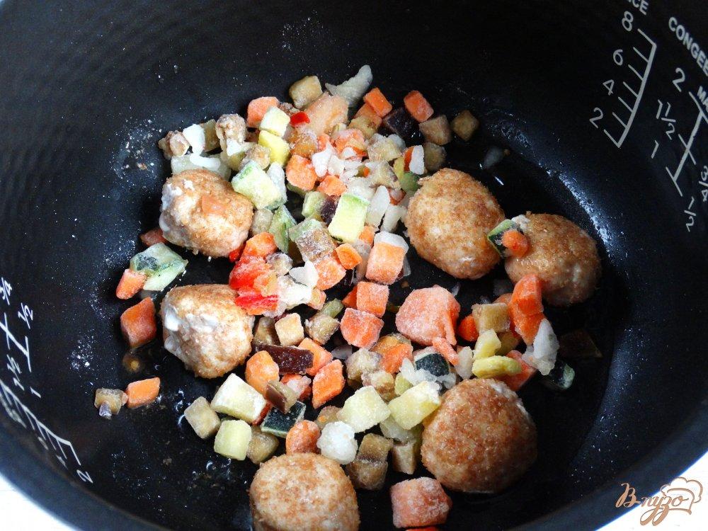 Фото приготовление рецепта: Рис с куринымии фрикадельками и овощами в мультиварке шаг №3