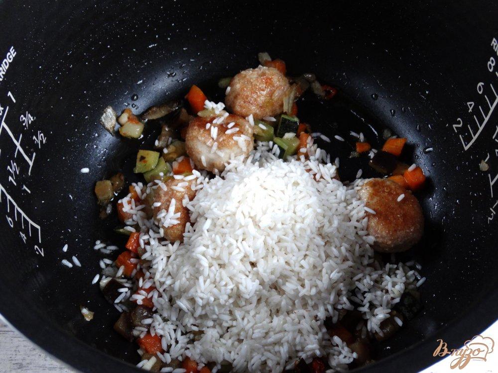 Фото приготовление рецепта: Рис с куринымии фрикадельками и овощами в мультиварке шаг №4