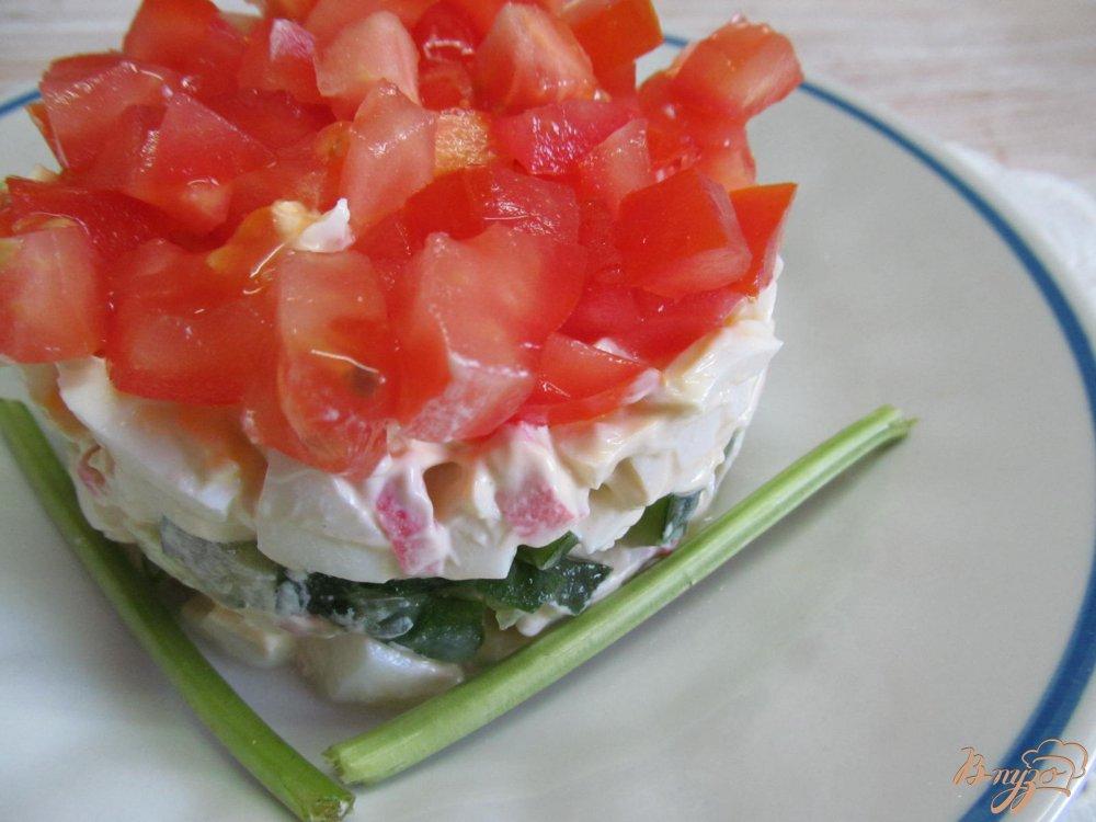 Фото приготовление рецепта: Салат из крабовых палочек помидор и огурца шаг №6