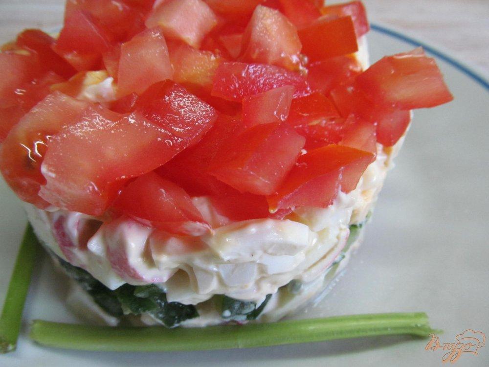 Фото приготовление рецепта: Салат из крабовых палочек помидор и огурца шаг №7