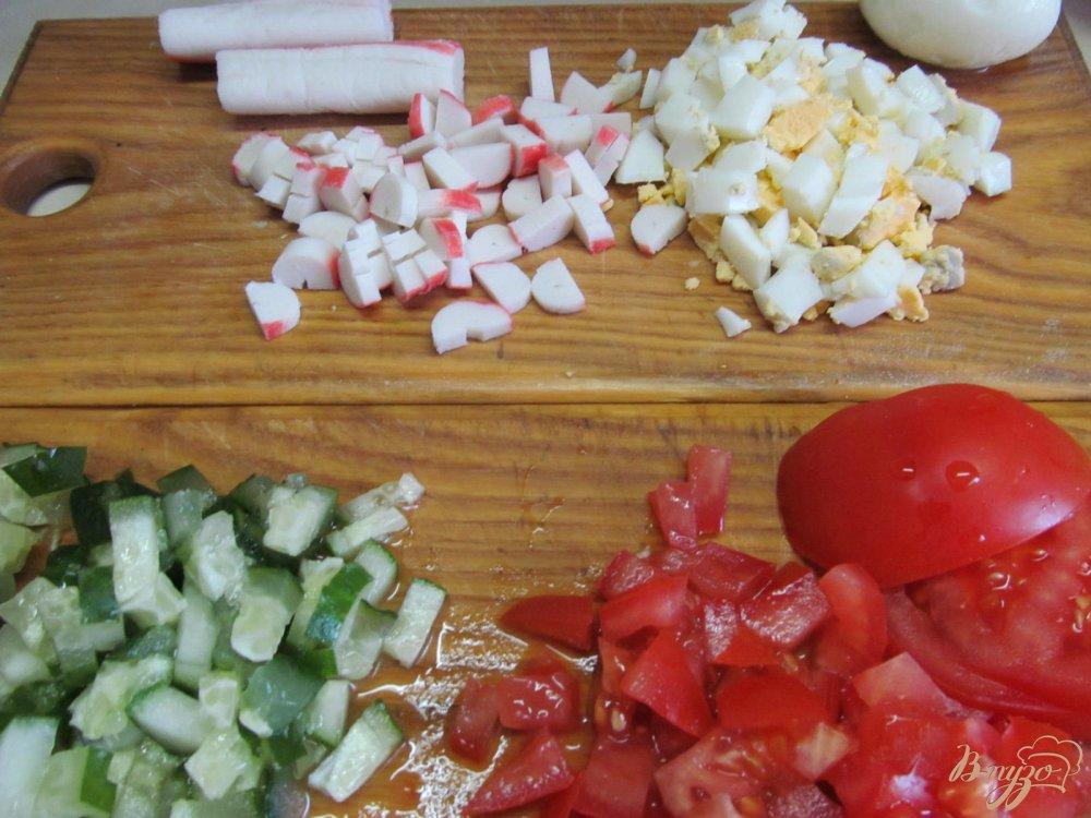 Фото приготовление рецепта: Салат из крабовых палочек помидор и огурца шаг №2