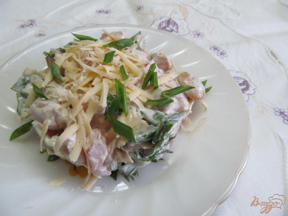 Фото приготовление рецепта: Салат из курицы фасоли и помидора шаг №5
