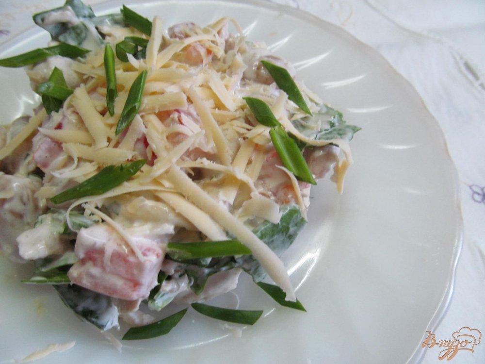 Фото приготовление рецепта: Салат из курицы фасоли и помидора шаг №4