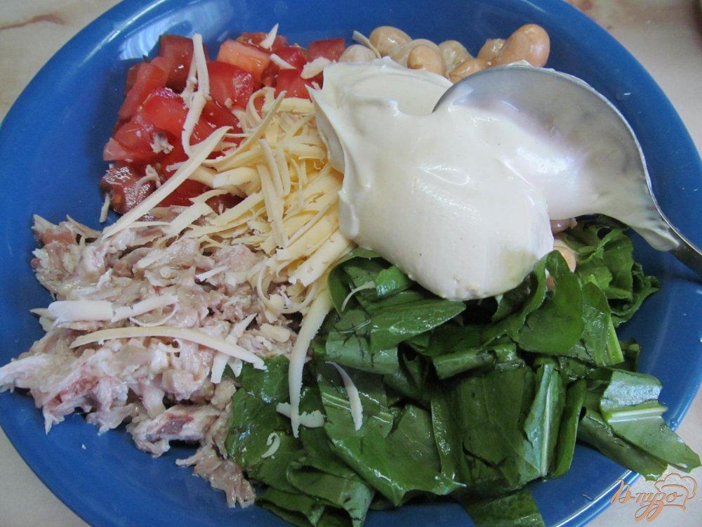 Фото приготовление рецепта: Салат из курицы фасоли и помидора шаг №3
