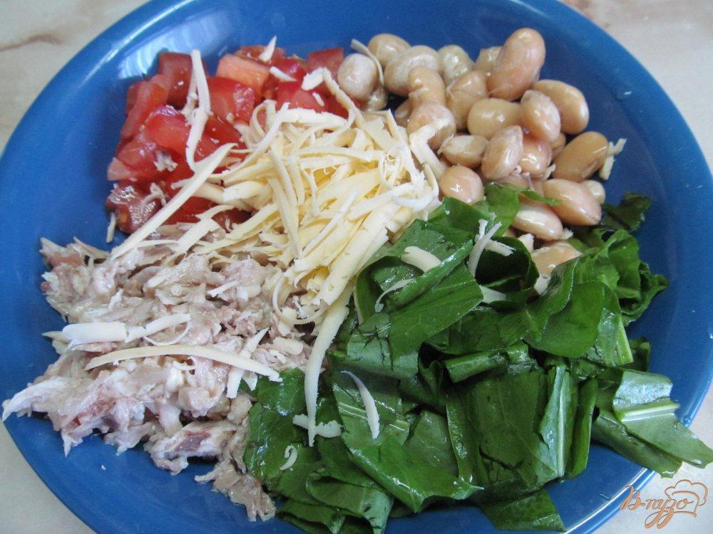 Фото приготовление рецепта: Салат из курицы фасоли и помидора шаг №2