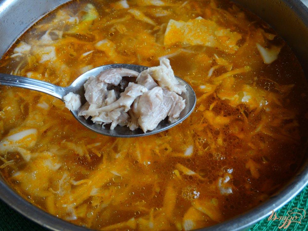 Фото приготовление рецепта: Щи с курицей и красной фасолью шаг №6