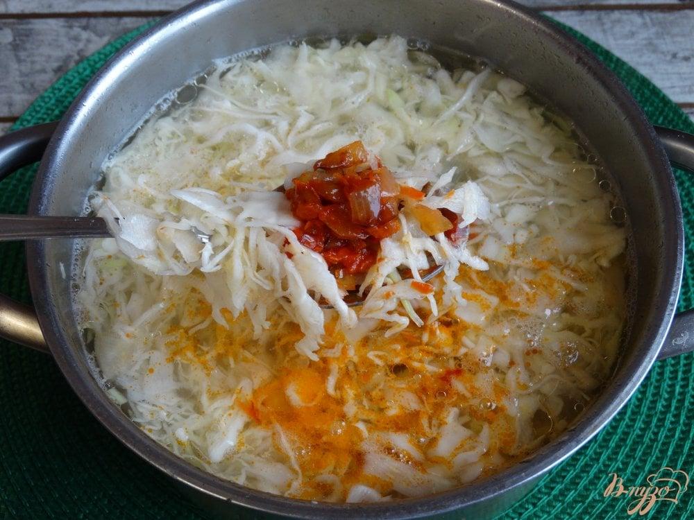 Фото приготовление рецепта: Щи с курицей и красной фасолью шаг №5