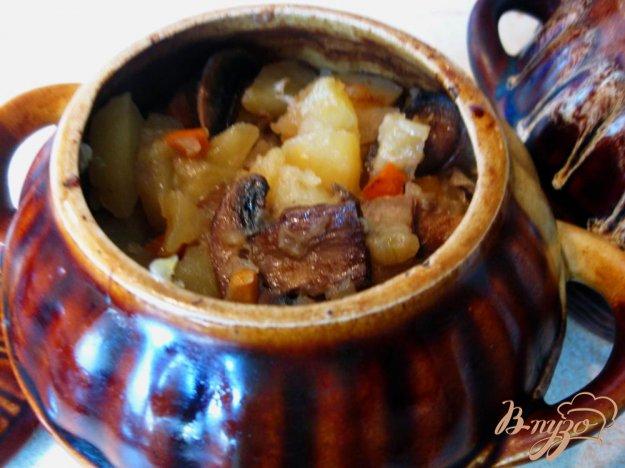 фото рецепта: Свинина с грибами и картофелем в горшочке