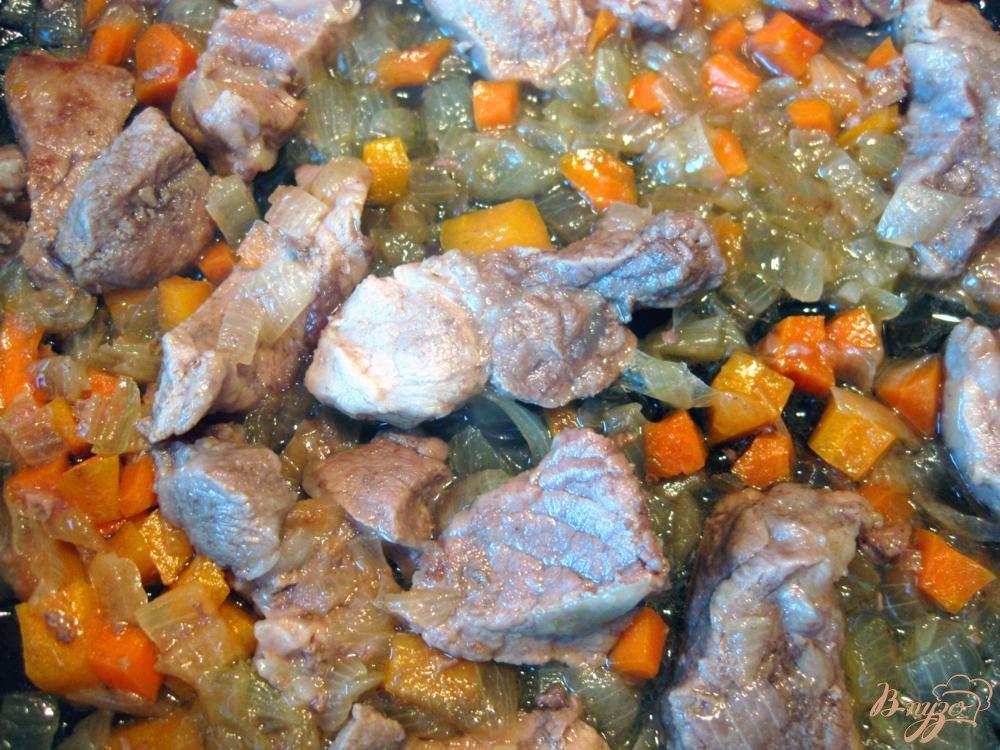 Фото приготовление рецепта: Свинина с грибами и картофелем в горшочке шаг №3