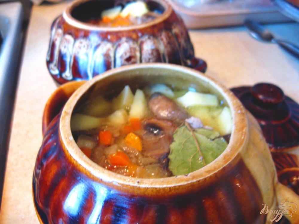 Фото приготовление рецепта: Свинина с грибами и картофелем в горшочке шаг №5