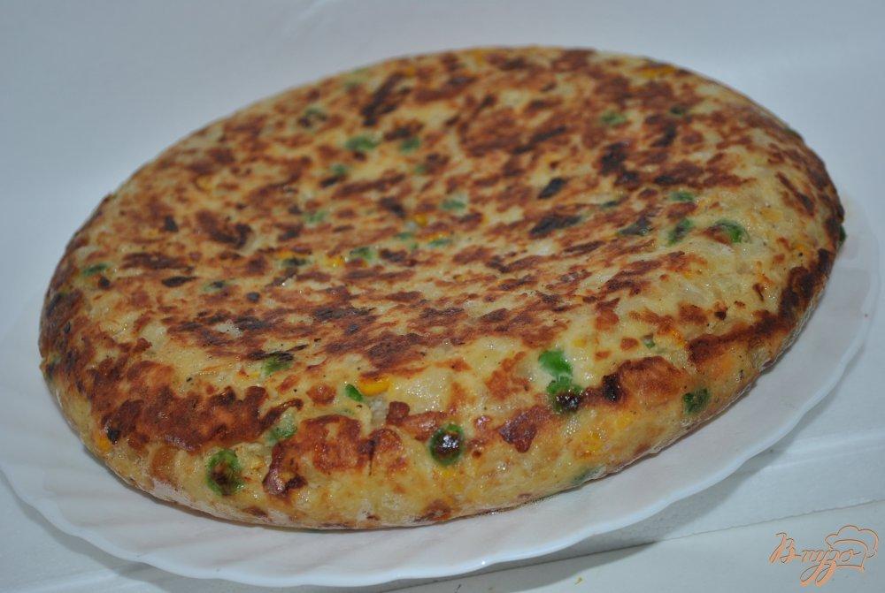 Фото приготовление рецепта: Тортилья с кукурузой и горошком шаг №9