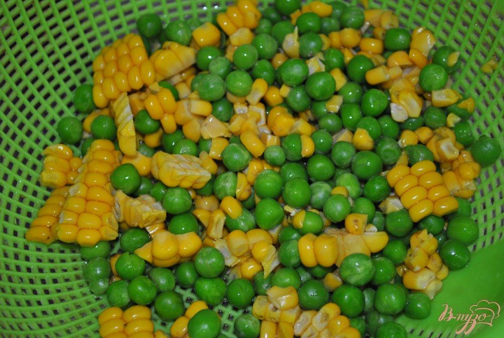 Фото приготовление рецепта: Тортилья с кукурузой и горошком шаг №5
