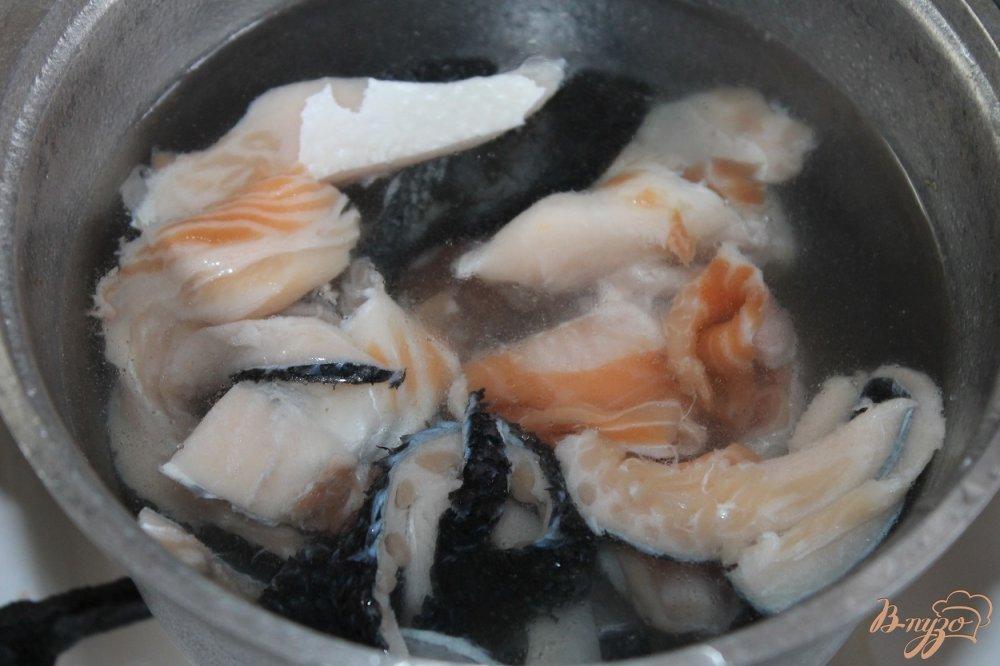 Фото приготовление рецепта: Бульон с рыбы с зеленью и овощами шаг №1