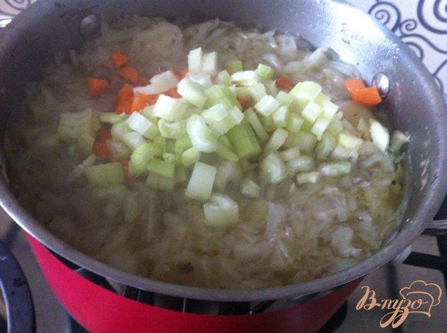 Фото приготовление рецепта: Щи из свежей капусты с сельдереем шаг №5