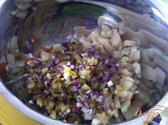 Фото приготовление рецепта: Салат овощной с колбасой шаг №8