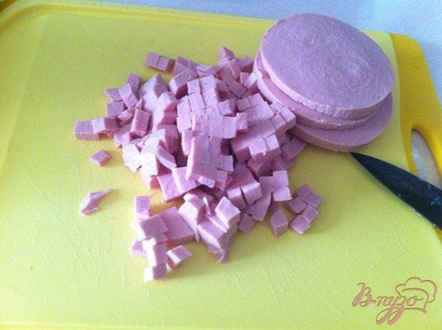 Фото приготовление рецепта: Салат овощной с колбасой шаг №7