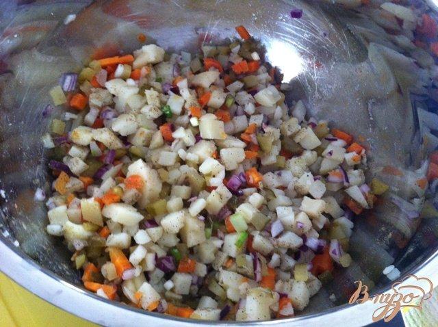 Фото приготовление рецепта: Салат овощной с колбасой шаг №9