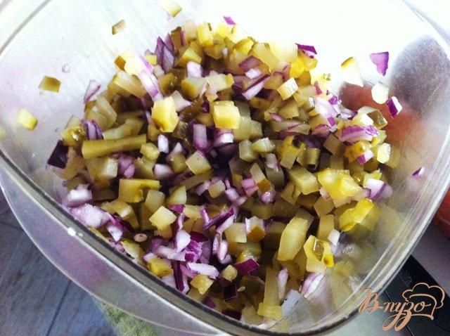 Фото приготовление рецепта: Салат овощной с колбасой шаг №4