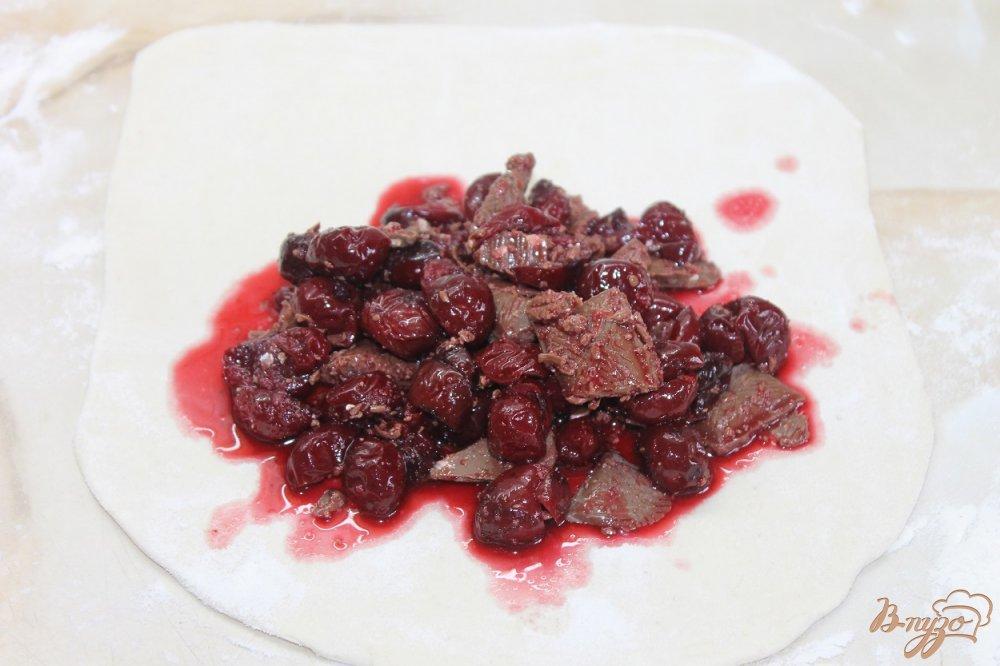 Фото приготовление рецепта: Слойка с вишней и шоколадом шаг №4