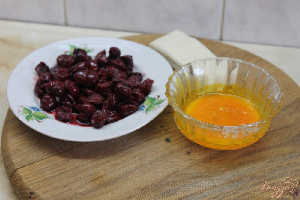 Фото приготовление рецепта: Слойка с вишней и шоколадом шаг №1