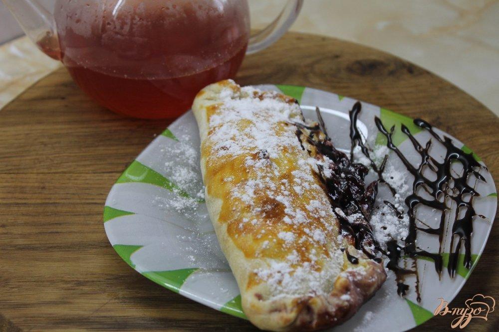 Фото приготовление рецепта: Слойка с вишней и шоколадом шаг №6