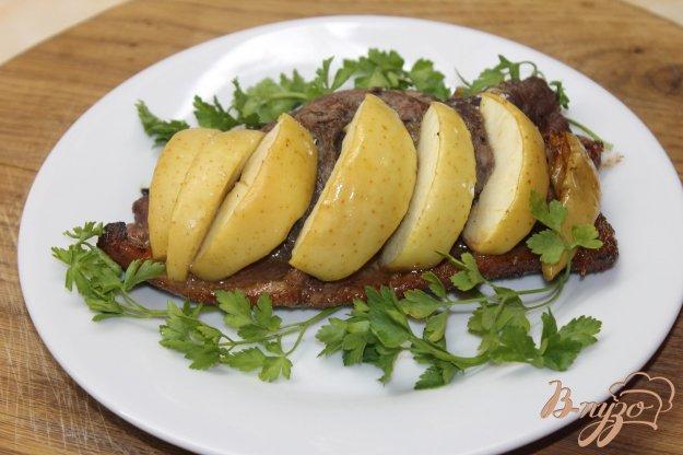 фото рецепта: Утиная грудка запеченная с медом и яблоком