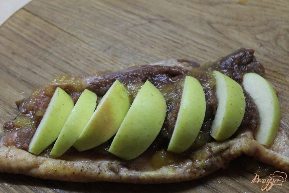 Фото приготовление рецепта: Утиная грудка запеченная с медом и яблоком шаг №4
