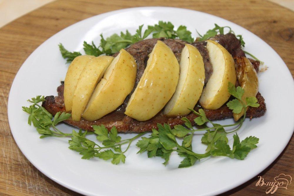 Фото приготовление рецепта: Утиная грудка запеченная с медом и яблоком шаг №6