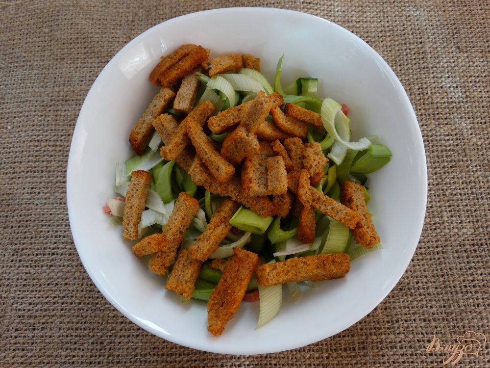салат с колбасой и сухариками фото рецепт пошаговый