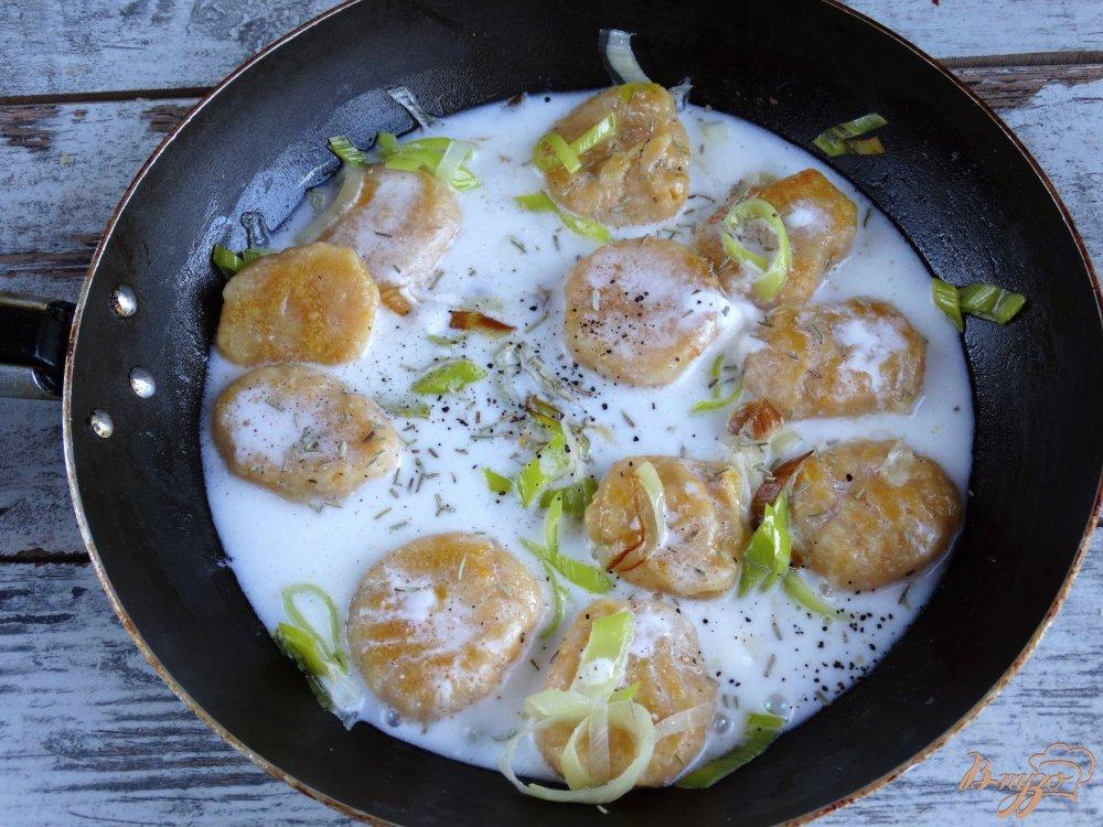 Фото приготовление рецепта: Тыквенные ньокки с луком-пореем и сметаной шаг №11