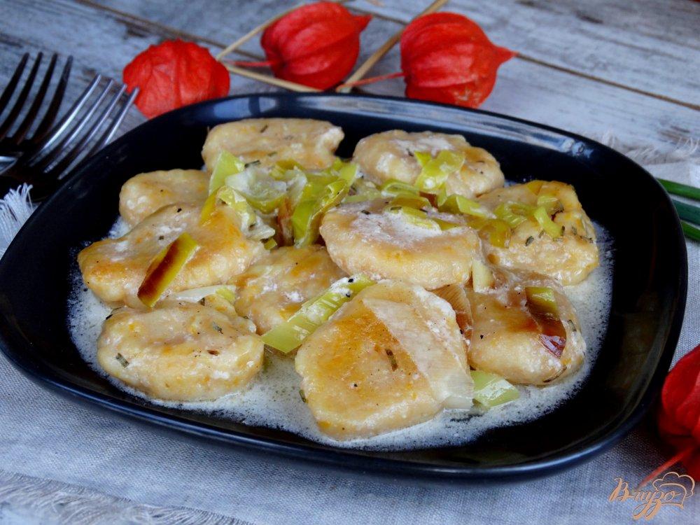 Фото приготовление рецепта: Тыквенные ньокки с луком-пореем и сметаной шаг №12