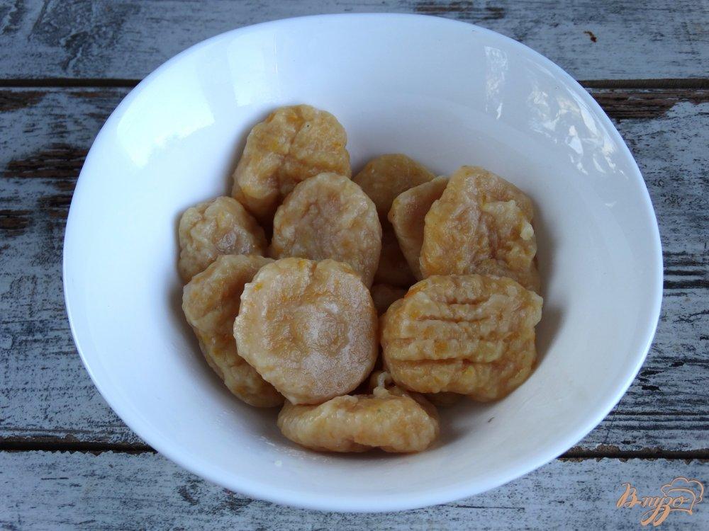 Фото приготовление рецепта: Тыквенные ньокки с луком-пореем и сметаной шаг №9