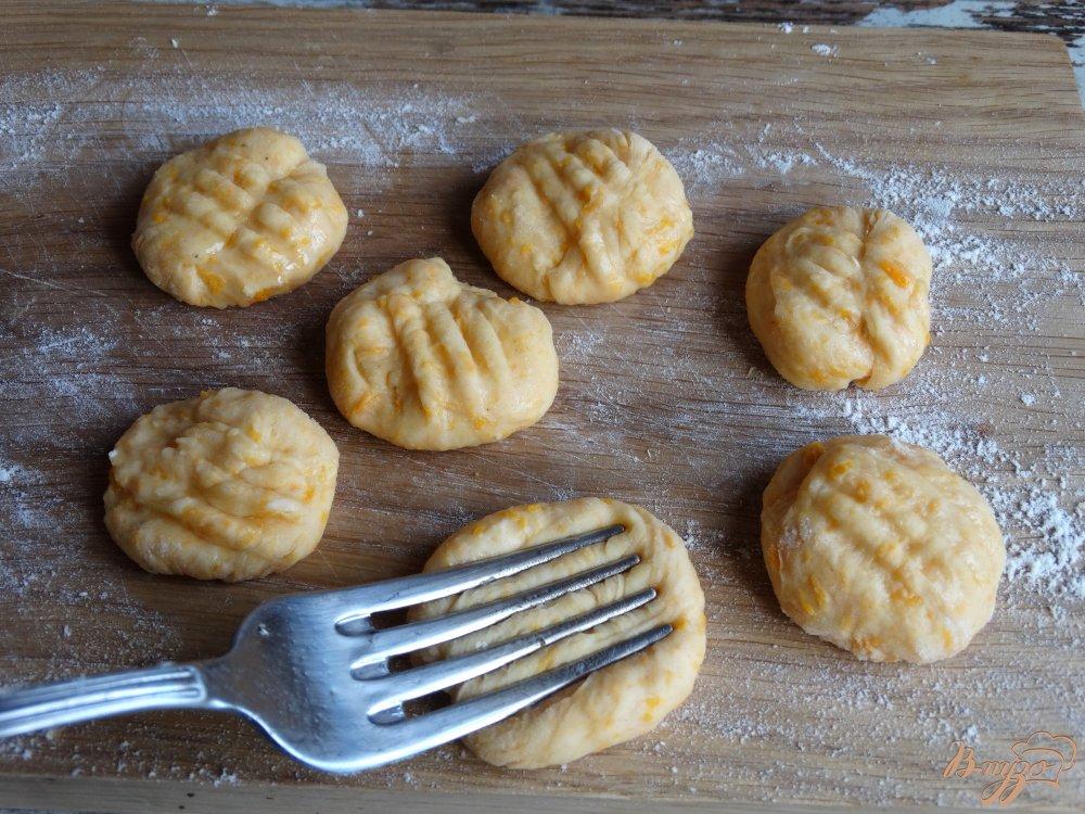 Фото приготовление рецепта: Тыквенные ньокки с луком-пореем и сметаной шаг №7
