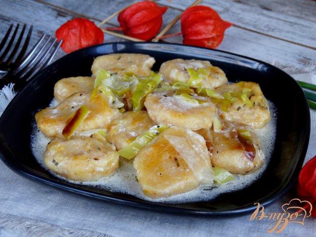 фото рецепта: Тыквенные ньокки с луком-пореем и сметаной