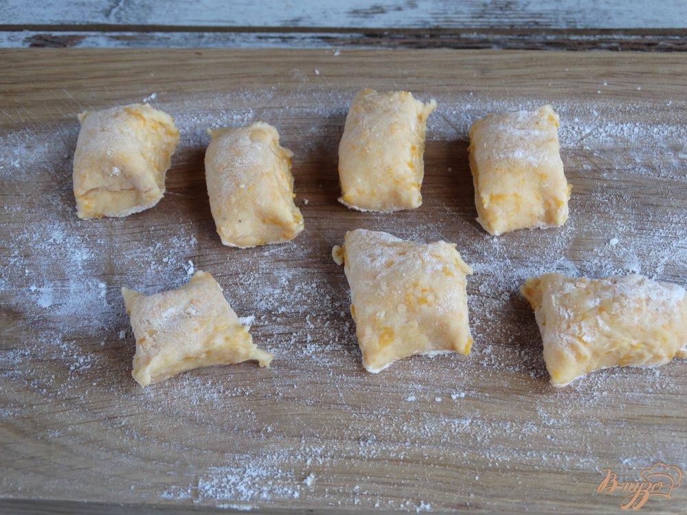 Фото приготовление рецепта: Тыквенные ньокки с луком-пореем и сметаной шаг №6