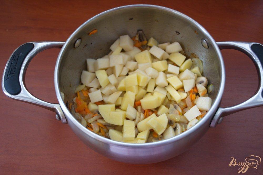 Фото приготовление рецепта: Грибной суп в одной кастрюле шаг №4