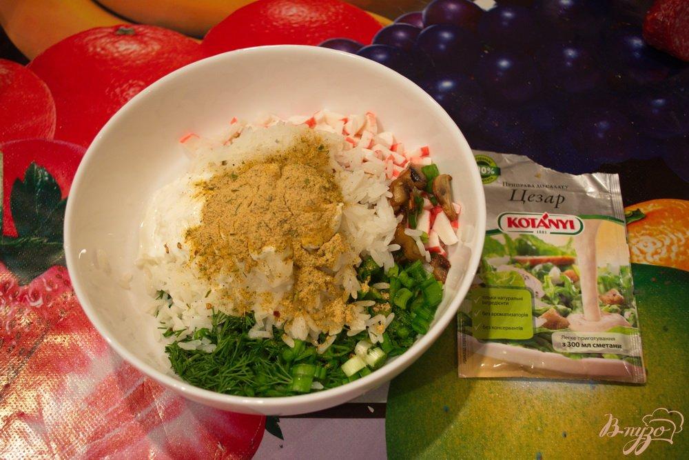 Фото приготовление рецепта: Салат с крабовыми, рисом и грибами шаг №7