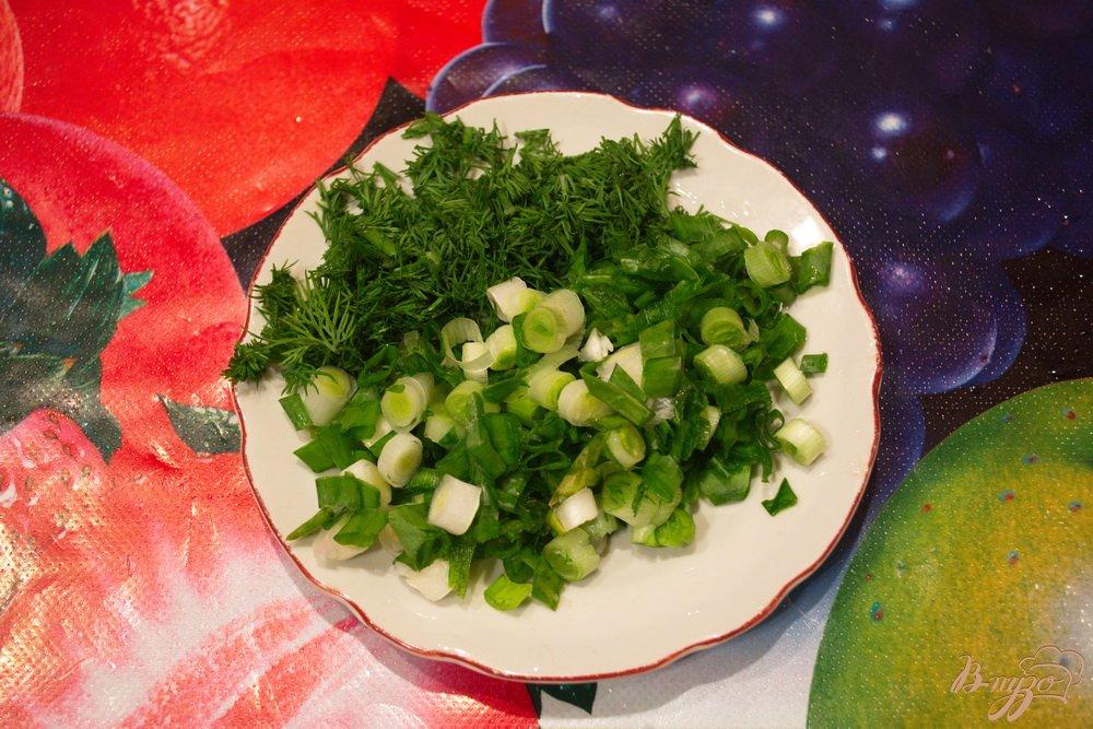 Фото приготовление рецепта: Салат с крабовыми, рисом и грибами шаг №2